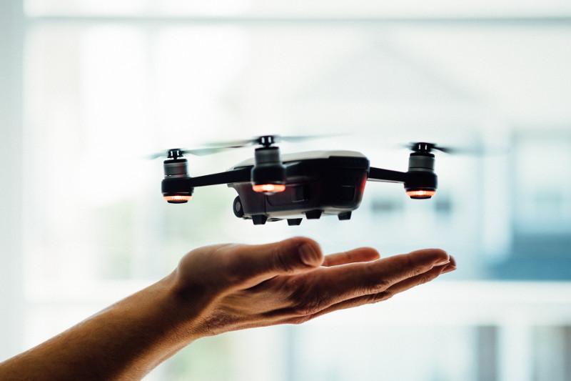 Drohne fliegt über ausgestreckter Hand
