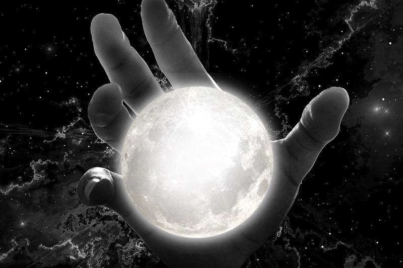 Hand umfasst leuchtende Erdkugel